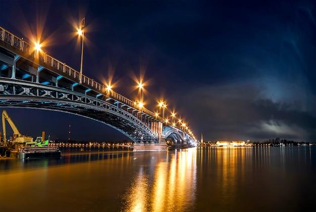 Красивая ночь захода солнца над рекой рейн / rhein и старым мостом в майнце около франкфурта-на-майне, германии.