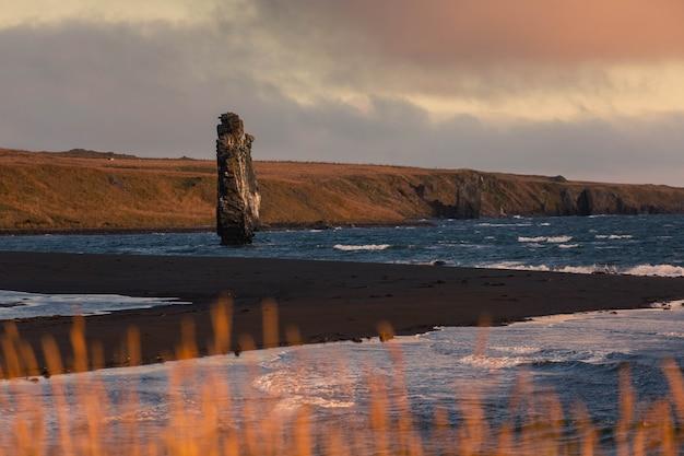 Известный рок rhino rock по имени hvitserkur рядом с осаром в северной исландии.