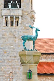 그리스 로도스 섬의 mandraki 항구 입구를 보호하는 기둥 위에있는 rhodian 사슴