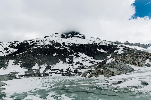 夏のスイスアルプスでのローヌ氷河