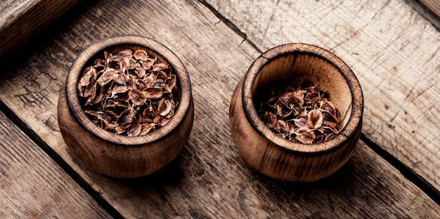 Семена ревеня в миске