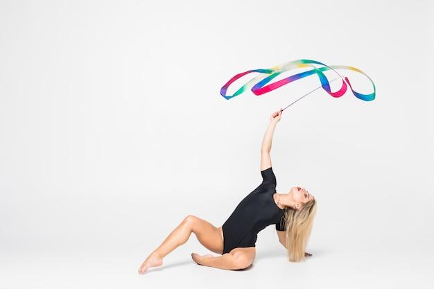 Гимнастка с лентой изолирована