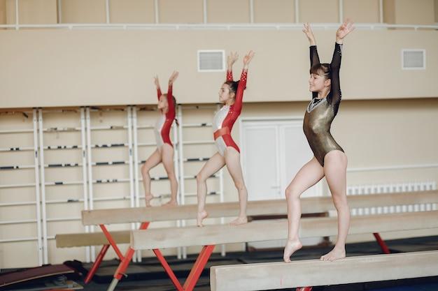 리듬 체조. 여자 체조 선수는 다양한 체조 운동과 점프를 수행합니다. 자녀와 스포츠, 건강한 라이프 스타일.