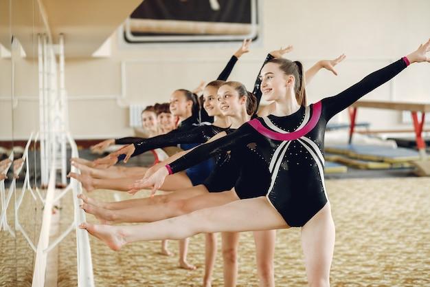 Ginnastica ritmica. ragazze ginnaste, esegue vari esercizi ginnici e salti. bambini e sport, uno stile di vita sano.