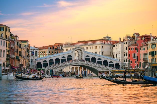 夕暮れのイタリア、ベニスのリアルト橋