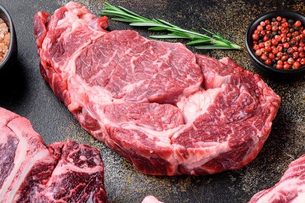 오래 된 어두운 소박한에 등심 쇠고기 스테이크 원시 세트