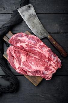 쇠고기 차돌박이 고기 또는 스카치 필레 세트의 등심 스테이크와 오래된 정육점 칼