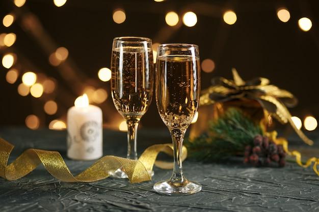 Лента, фенечки и вино на фоне рождественских огней
