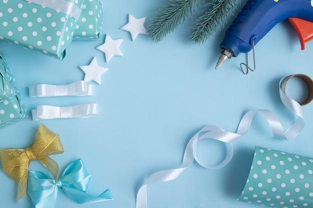 リボン、ギフトボックス、クリスマスと新年のギフトをコピースペースで包んだり飾ったりするための接着剤銃。