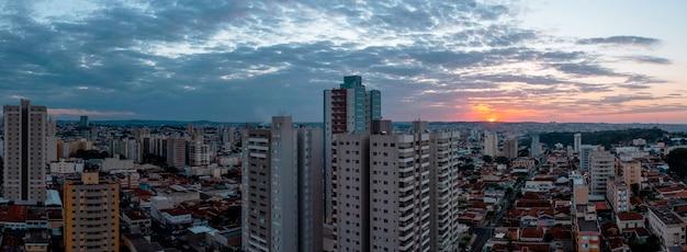 Ribeiró preto, 상파울루, 브라질 - 2021년 6월 20일 - 일몰 시 jardim paulista 및 centro 지구의 부분 공중 전망.