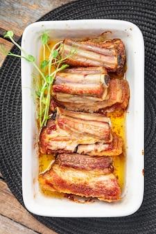 テーブルコピースペースのリブフライドグリルポークまたはビーフバーベキューファットフードスパイススパイシーな新鮮な食事のスナック