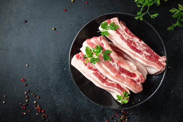 뼈와 라드 지방 구이 고기 바베큐 요리 간식 먹을 준비가 된 돼지 고기를 갈비