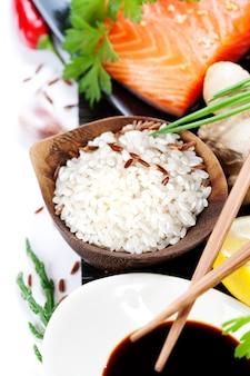 Рис и рыба на бамбуковой циновке
