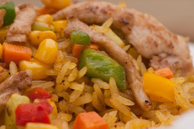 쌀과 얇게 썬 야채 근접 촬영