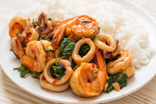 쌀과 해산물 볶음 (새우와 오징어), 타이 바질-아시아 음식 스타일