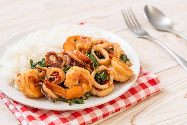 Рис и жареные морепродукты (креветки и кальмары) с тайским базиликом - азиатская кухня