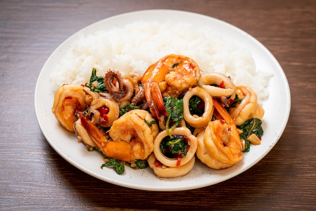 ご飯とシーフードの炒め物(エビとイカ)とタイバジル-アジアンフードスタイル