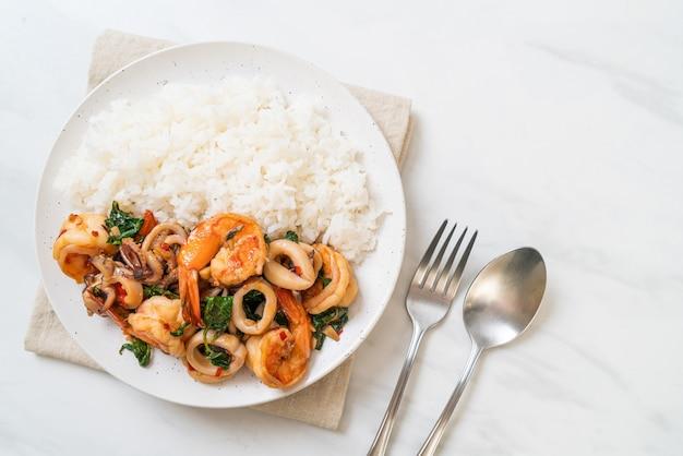 ご飯とシーフードの炒め物(エビとイカ)とタイバジル-アジア料理のスタイル