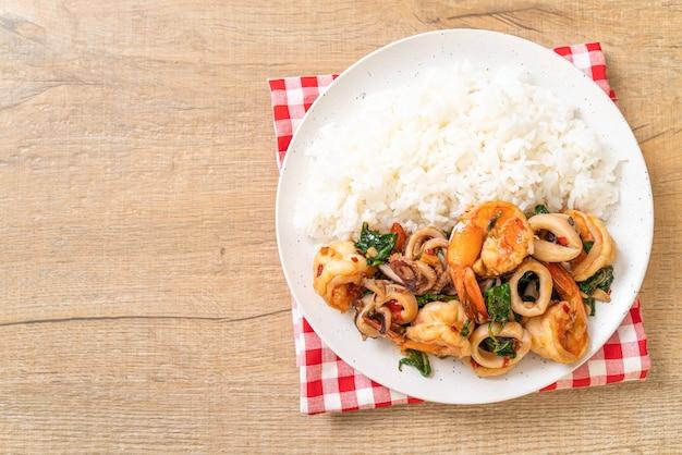Рис и жареные морепродукты с тайским базиликом