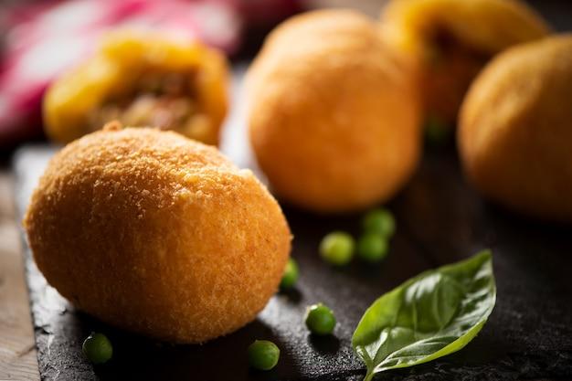 Рисовые шарики сицилийской уличной еды. закрыть вверх