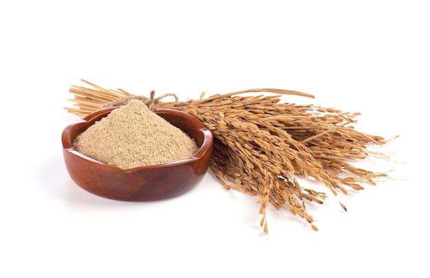 쌀 겨와 흰색 배경에 고립 된 rices의 귀.