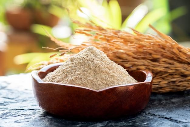 쌀겨와 자연 배경에 rices의 귀.