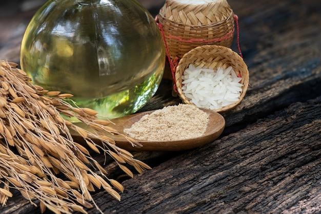 쌀겨, 쌀의 이삭 및 자연 표면에 기름.