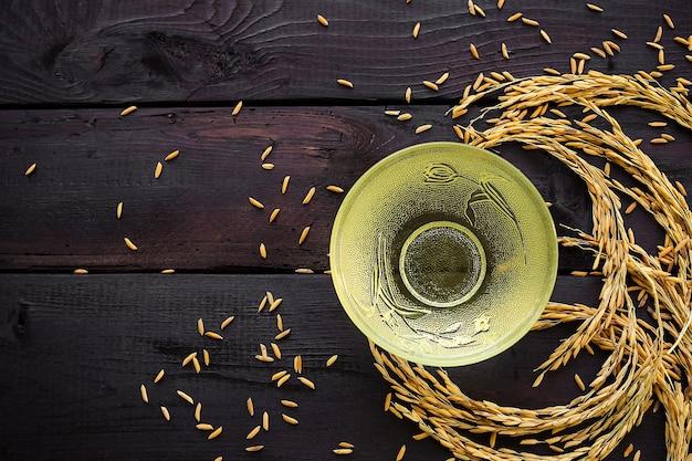 Масло рисовых отрубей в стекле на деревянном столе