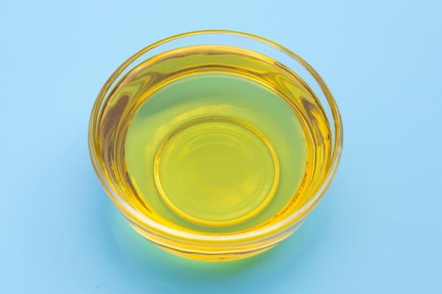 青の背景に米ぬか油。