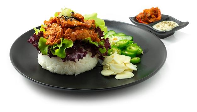 ライスバーガープルコギポーク韓国料理のサワークリームソースとキムチが野菜のサイドビューを飾る