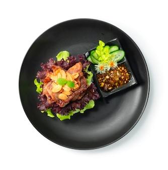 ライスバーガージューシーグリルポーク(ムーピン)チリソース添えタイフードフュージョンスタイルで野菜のトップビューを飾る