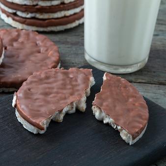 ミルクのガラスが付いているテーブルのチョコレートが付いている餅