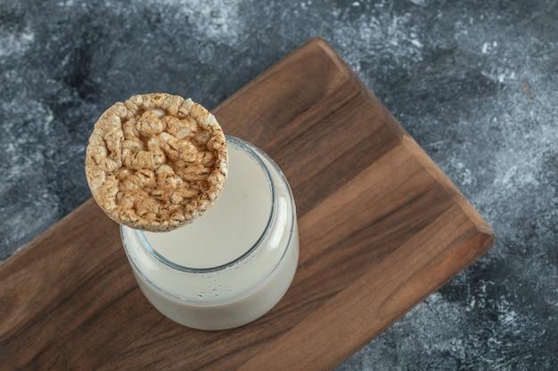 Рисовый пирог со свежим молоком на деревянной доске