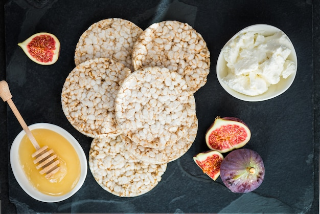 Rice cakes and figs are ready for the healthy snack