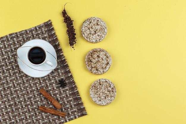 Рисовые лепешки, специи и чашка кофе