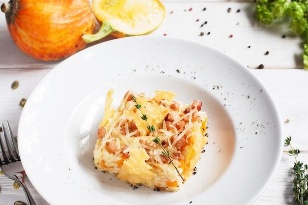 접시에 치즈 바구니에 쌀 캐 서 롤입니다.