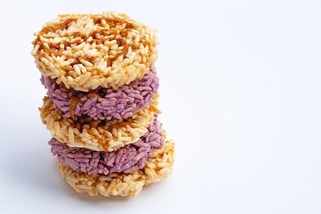 Рисовый крекер с сахаром из кокосовой пальмы на белой поверхности