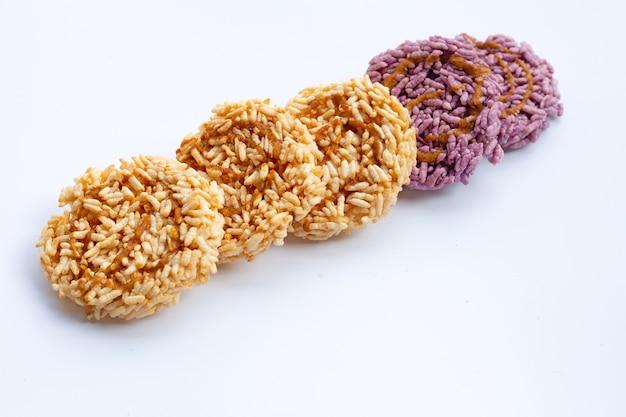 Рисовый крекер с сиропом из сахарного тростника