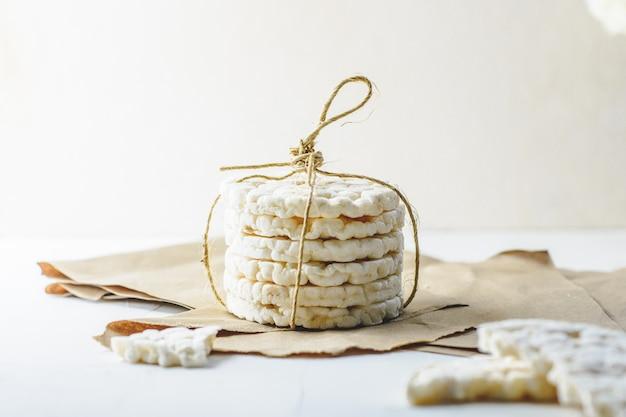 Крекеры рисовые, перевязанные деревенским шнуром на картоне.