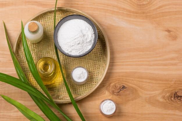 나무 그릇에 든 쌀가루, 오래된 나무 배경에 쌀과 우유, 기름