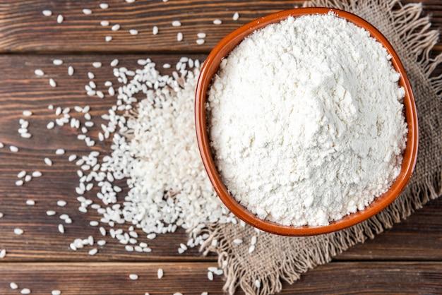 나무 그릇에 쌀 가루