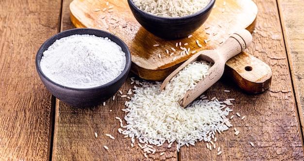 Рисовая мука с сырым рисом сбоку, кулинарный ингредиент