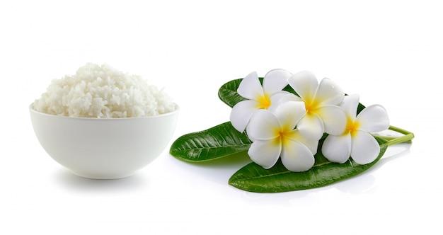 Рис в миску и стакан воды на белом фоне
