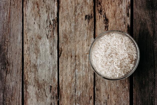 木製のテーブルの上のガラスの瓶にご飯。イタリアのリゾットの材料。