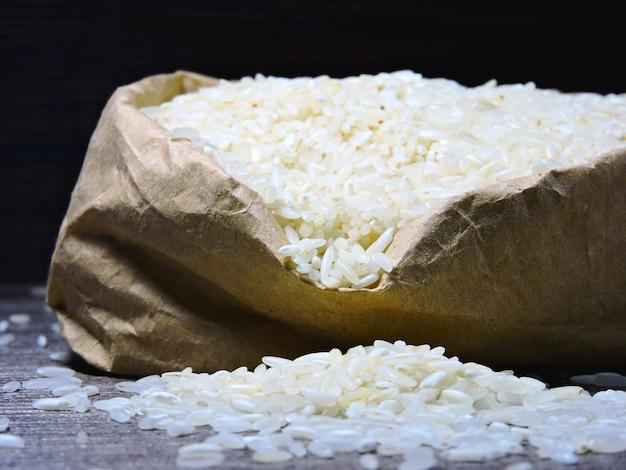 Рис в бумажном пакете.