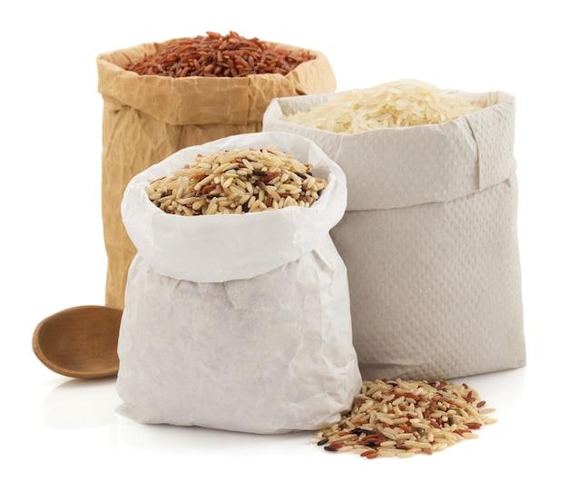 흰색 배경에 고립 된 종이 봉지에 쌀