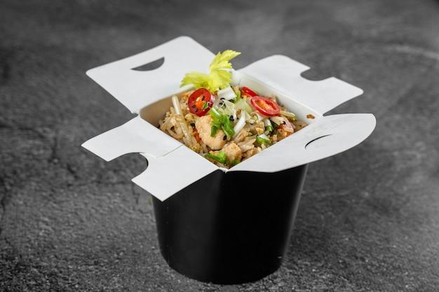 Рис в воке для доставки еды