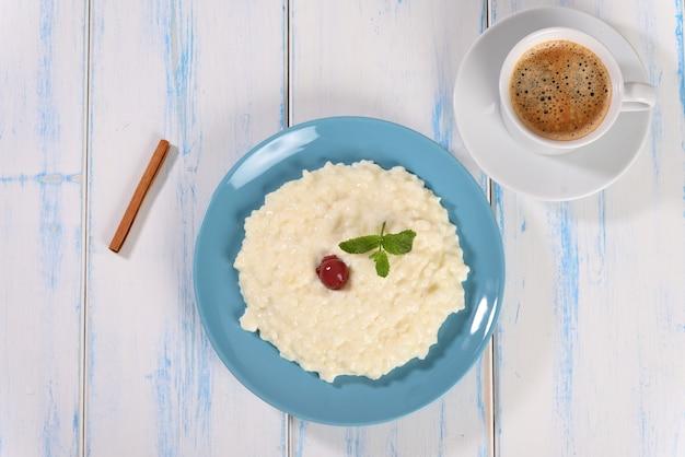 계피를 곁들인 쌀 우유 죽 건강식 아침 식사