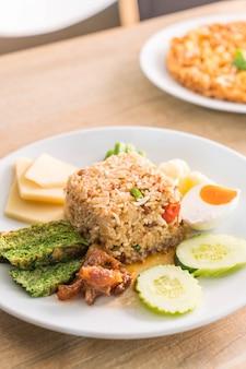 炒めた揚げた魚と甘い豚肉を入れた米のエビペーストソース