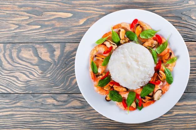 Рис, мидии, креветки и листья шпината